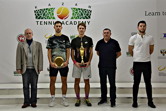 Награждение победителей в мужском одиночном разряде (Е.Тюрнев и С.Фомин)