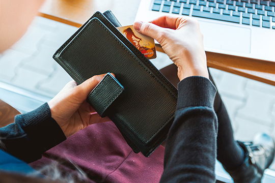 Выбирая тарифный план, обратите внимание, сколько денег в месяц можно вывести на личную карту без комиссии. И какой процент берет банк после превышения лимита