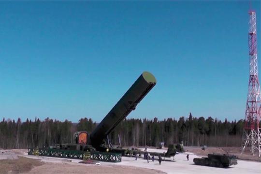 Загрузка баллистической ракеты «Сармат» перед пуском во время испытаний