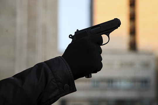 Мысленно молясь, чтобы опера из комнаты не ринулись, не сориентировавшись, к ним на выручку, он бросил на пол пистолет, поднял вверх руки и четко произнес: «Свои. Милиция. Удостоверение в кармане»