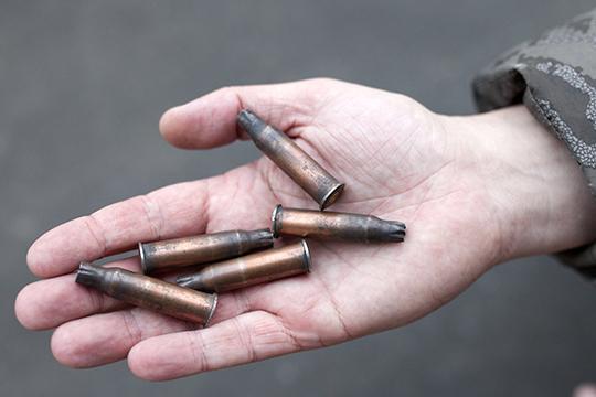 Обшарив помещение, опера нашли 16 гильз от АК и два окурка сигарет «Опал», эксперты сняли слепки подошв обуви, взяли с пола образцы песка