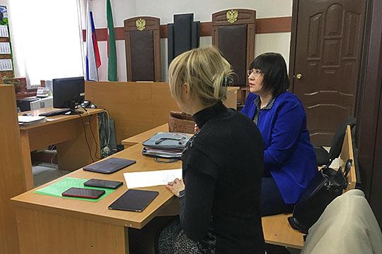 Жанна Алпаровапопросила слова и заявила ходатайство об отказе от своего адвоката по назначениюАльбины Таловой