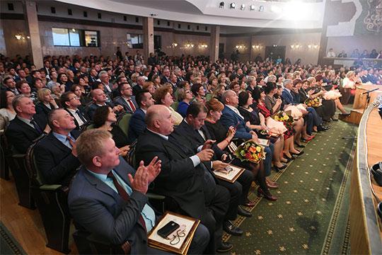 Сливки преподавательского сообщества собрались сегодня в БКЗ им. Сайдашева на праздничный концерт в честь дня учителя