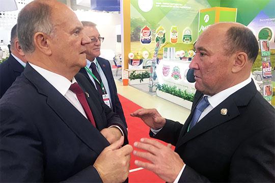 Зюганов, пообещав всяческую поддержку Татарстану, черканул в блокнот пару строк и двинулся по выставке дальше, в сторону своей родины – Орловской области