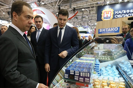 Под аплодисменты зала Дмитрий Анатольевич отправился осматривать экспозицию, последовательно обходя один за другим стенды регионов