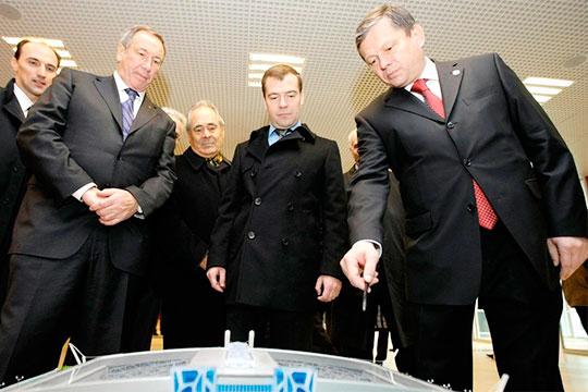 В2010 году Марат Бариев (справа) вышел намеждународный уровень, став исполнительным директором, азатем генеральным секретарем Олимпийского комитета России