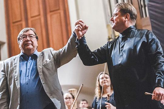 Вышедшему насцену Чайковскому Сладковский передал свою палочку, чтобы онсам продирижировал исполнение своего хита