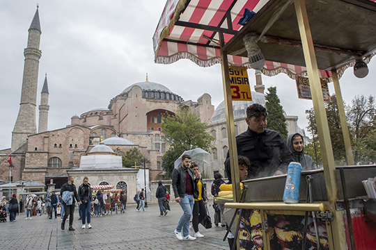 «Стамбул стал интересным после девальвации национальной валюты. Сейчас можно забронировать там пятизвездочный отель наберегу Босфора всего за75 евро»