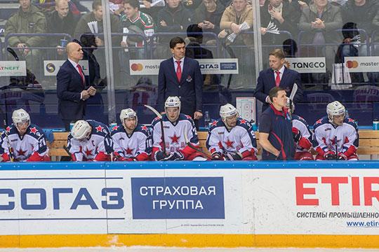 Игорь Никитинсразу после победы, неморгнув глазом, посмотрел всторону помощника ипохлопал поплечу, аигроки даже неулыбнулись