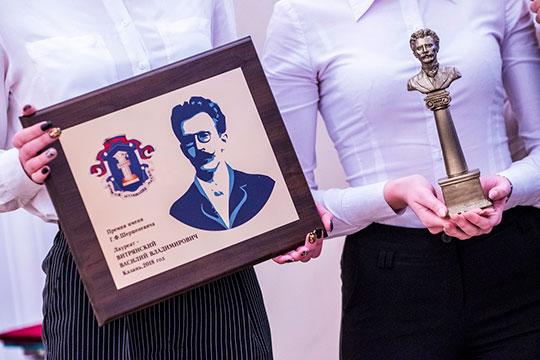 Большую часть своего монолога Степашин посвятил Шершеневичу— именно вчесть его имени вручать премию онивышел насцену