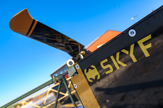 Для начала, что такое SKYF. Универсальная авиагрузовая платформа свертикальным взлетом. Размеры— 5,2×2,2м, максимальный взлетный вес— 650 кг, грузоподъемность— до250кг.