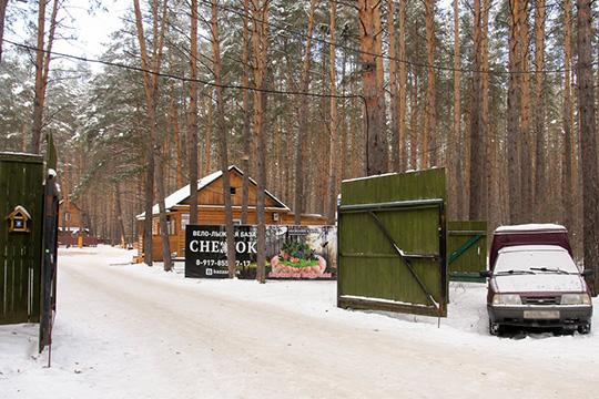 Прокат лыжввело-лыжной базе «Снежок»стоит для всех возрастов одинаково— 100 рублей вчас, апрокат тюбингов— 100 рублей за30 минут
