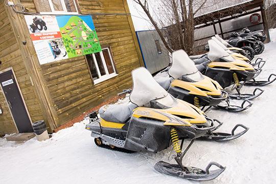 На базе отдыха «Райский берег» чаще всего любят собираться экстремалы. Здесь организован прокат снегоходов