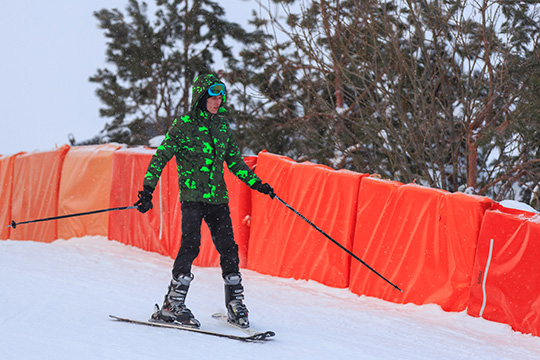 Протяженность горнолыжных трасс— более 4,6км. Все склоны вхорошем состоянии— работает ратрак,применяется искусственное оснежение, аночью включается освещение