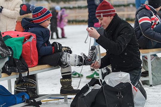 Для взрослых прокат в «Медео»стоит 100 рублей вчас, для детей— 70. Вналичии имеется 500 пар коньков