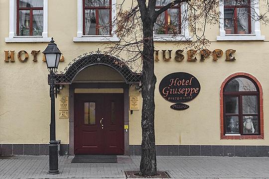 История сицилийца Джузеппе Спарта вРоссии началась в1993 году. Именно тогда была открыта пиццерия «Джузеппе» наулице Кремлевской.В2000 году Спарта открыл ввыкупленном здании пиццерии отель, которому также дал своеимя
