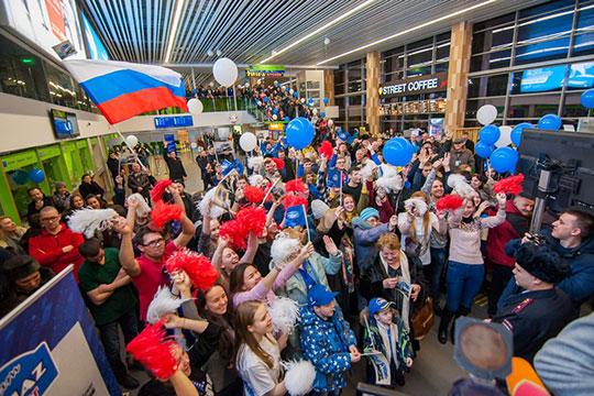 В аэропорту челнинской команде по традиции устроили теплую и трогательную встречу — с музыкой, поздравлениями, воздушными шарами, флажками, цветами