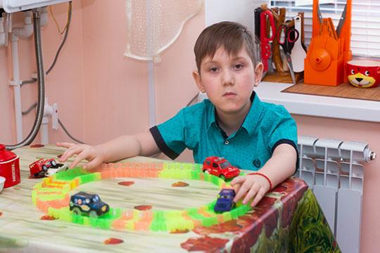 Данияру Фаляхутдинову из города Кукмор 7 лет. У мальчика тяжелое заболевание, при котором ослабевают и атрофируются все мышцы, в том числе и дыхательные