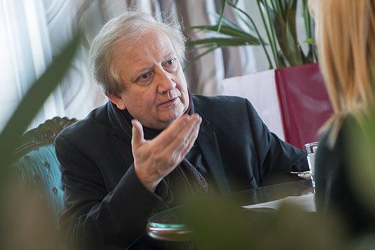 Вим Мертенс выпустил более 60 альбомов, писал саундтреки для братьев Дарденн иТома Тыквера ибыл удостоен звания культурного амбассадора Фландрии