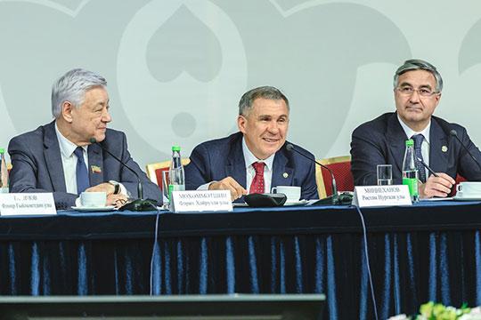 Президент Татарстана, который занял центральное место впрезидиуме, был сегодня вхорошем расположении духа, много шутил, итутже, наместе, пытался отреагировать навсе просьбы сельхозпредпринимателей