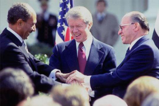 Бегин, Джимми Картер и Анвар Садат на подписании Кэмп-Дэвидского соглашения, 1978