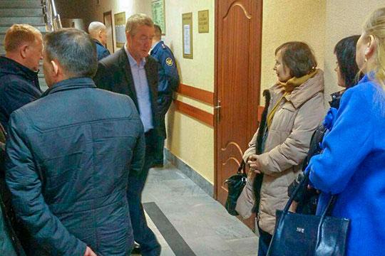 Поддержать Хафизову и Шигапову пришли коллеги, однако беседовать с корреспондентом «БИЗНЕС Online» они отказались, а при виде камеры сразу отворачивались