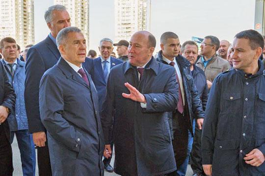 Рустам Минниханов приехал в Агропромпарк ровно в 10:00, как и было запланировано. Его сопровождал глава минсельхозпрода Татарстана Марат Ахметов, а также главы районов