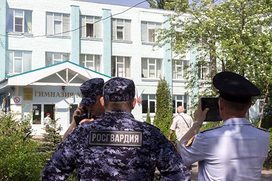 Прибыв на место, корреспондент «БИЗНЕС Online» увидел несколько автомобилей полиции и Росгвардии, а также стоявшую неподалеку карету скорой помощи. Рядом со школой толпились родители