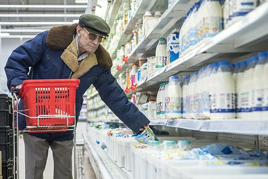 «Средний размер пенсии повсем выплатам— 13681 рубль, повозрасту— 14200 рублей. При этом вновь назначенная пенсия меньше— 12 тысяч, вдальнейшем после индексации она увеличивается»