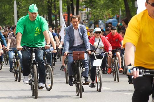 Свою прогрессивность Хайруллин показал с первых же дней работы в нефтеграде, заявив об амбициозных планах строительства 50 км велодорожек по всему городу в течение года