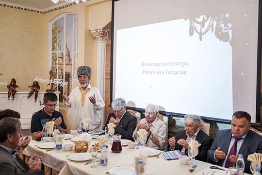 Началась собственнопрезентация счтения Корана, рецитацию имольбу кВсевышнему, чтобы онупокоил душу первого секретаря Татарского обкома КПСС Табеева, совершилРафаэль Усманов