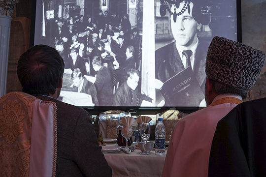 Гостям показалиотрывок изпочтичасовогофильма, посвященного экс-главе республике
