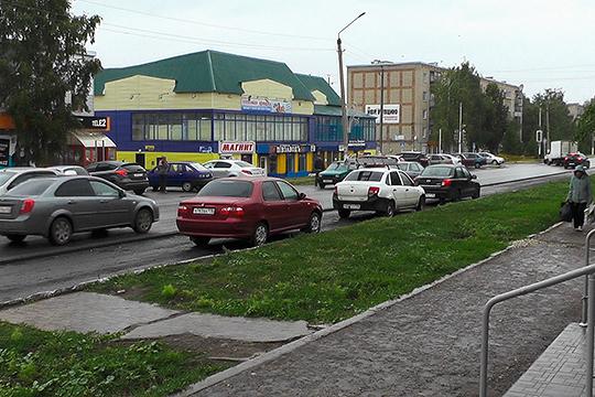 Владельцы нурлатских магазинов собирают подписи, жалуются Минниханову иумоляют нелишать ихпарковочных мест итрафика