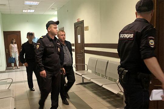 Салахова завели в зал в наручниках два конвоира