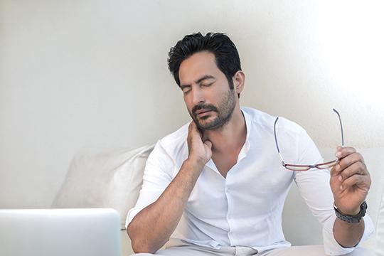 Часто пациенты жалуются на боль в области шеи и затылка: «Доктор, защемило шею»