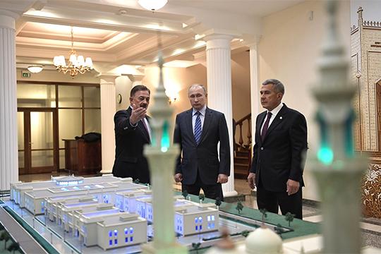 На рейтинге помощника президента Татарстана Камиля Исхакова (слева) сказался его внезапный уход с поста президента Болгарской исламской академии