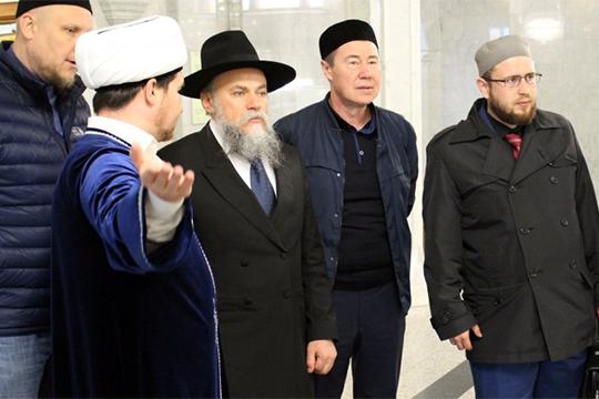 Некоторые эксперты утверждают, что своим влиянием Марат Кабаев (второй справа) обязан одной из своих дочерей, олимпийской чемпионке по художественной гимнастике Алине Кабаевой