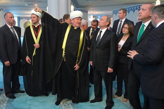 Именно Равиль Гайнутдин добился от московских властей разрешения на реконструкцию Соборной мечети, на торжественном открытие которой присутствовали Владимир Путин и Реджеп Тайип Эрдоган