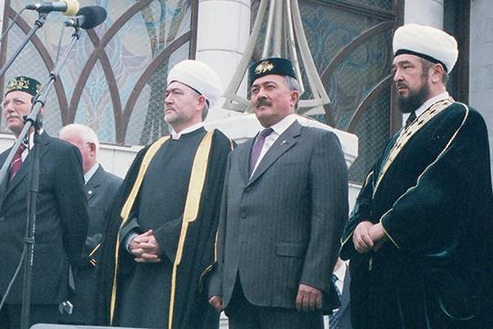 Многолетний глава ДУМ РТ (1998–2011 годы) Гусман Исхаков (справа) продолжает оставаться одним из самых авторитетных мусульманских деятелей в Татарстане и не только