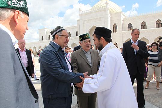 Алишер Усманов (слева) отметился тем, что сделал рекордное пожертвование (садака) в размере 500 млн рублей на строительство Болгарской исламской академии, а до этого спонсировал строительство Белой мечети в Болгаре