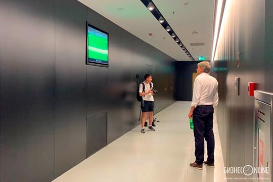 Сергей Галицкий остановился у двери в раздевалку «Рубина» и примерно полминуты ждал Шаронова, попивая газировку и просматривая хайлайты матча «Краснодар» — «Рубин», которые крутили по телевизору в коридоре