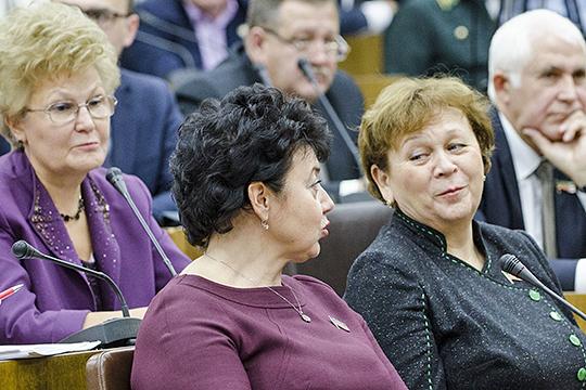 Римма Ратникова (справа) уступает свое место в парламенте Марату Ахметову. «Непрофессиональным» замом спикера останется Татьяна Ларионова (слева), а секретарское кресло, скорее всего, вновь застолбит Лилия Маврина (в центре)