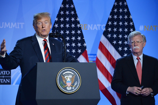 Дональд Трамп и Джон Болтон (справа)