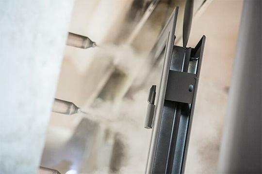 Материал «Эластокама» — это наполнитель для металлических дверей, производимый из нефтехимического сырья, — компонент А и компонент Б полиуретановой системы «Эластопор H 1201/TOREX»