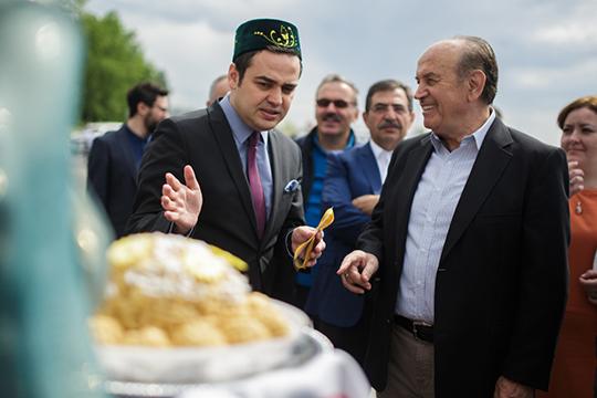 10-й генконсул Турции в Казани Турхан Дильмач (слева), до сих пор популярный человек в Татарстане, тоже увлекался фотографией и даже провел в Казани собственную фотовыставку, посвященную Татарстану