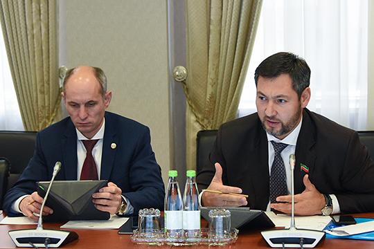 Олег Коробченко (справа) попросил Абдулганиева дать подробную раскладку по господдержке малого и среднего бизнеса: «А то та сумма, которая сейчас заложена на поддержку МСП, не совсем поддерживающая»