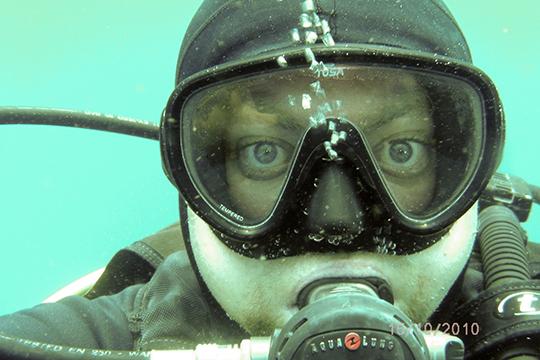 «Есть понятие любительский дайвинг, онзаканчивается глубиной 40 метров. Любительский дайвинг это парный спорт, дублируется воздух, поэтому онбезопасен вдвойне»