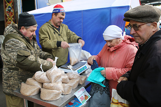 Напрошлой ярмарке была продана 41 тонна гречки по30 рублей закилограмм, тогда как вмагазинах цена составляет 40 рублей