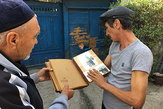 Местные жители аула Ногай-Курган показывают семейный фотоальбом