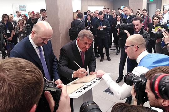 Ведущий мероприятия предложил Минниханову и Задорнову оставить свои отпечатки ладоней на специальных пластинах, чтобы потом залить их лаком и сделать музейными экспонатами